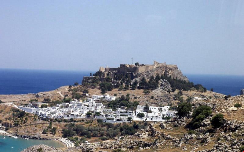 Vào năm 304 TCN, người cai trị hòn đảo là Antigonos đã cho xây dựng bức tượng thần Mặt trời ở Rhodes - được mệnh danh là 1 trong 7 kỳ quan thế giới cổ đại.