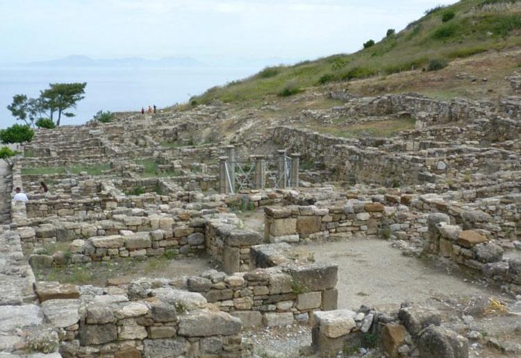 Bước sang thời Trung cổ, đảo Rhodes trở thành nơi tranh chấp dữ dội giữa người Hồi giáo và vương quốc Byzantine.