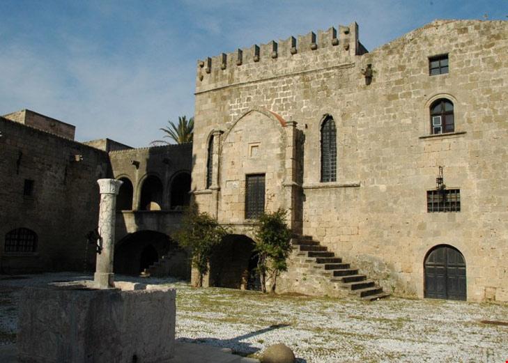 """Năm 1309, lực lượng Hiệp sĩ cứu tế chiếm đóng hòn đảo. Dưới sự cai trị của thế lực mới có tên gọi là """" Hiệp sĩ Rhodes"""", thành phố cổ Rhodes đã được tái xây dựng và trở thành một thành phố lý tưởng tại Châu Âu"""
