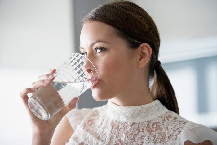Uống nước muối loãng sau khi ngủ dậy là một sai lầm.