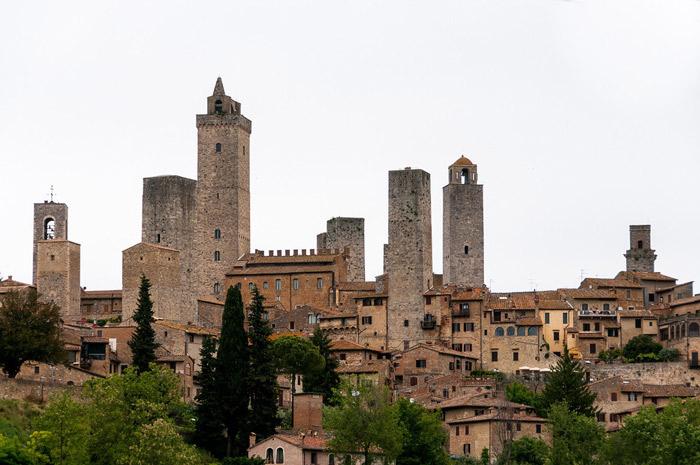 """Thành phố San Gimignano còn có tên là """"Thành phố của những ngọn tháp"""" bởi trong thành phố có đến 14 tòa tháp được xây dựng từ thời Trung cổ nhưng đến nay vẫn giữ được khá nguyên vẹn."""
