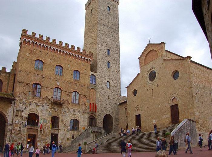 Nằm trên đỉnh đồi tại tỉnh Siena, vùng Tuscany, thành phố của những ngọn tháp mang dáng vẻ cổ kính với lối kiến trúc rất đặc trưng.