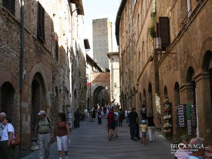 Để vào thăm quan trung tâm lịch sử của thành phố San Gimignano, khách thăm quan sẽ phải đi qua bức tường thành bao quanh thành phố được xây dựng từ thời trung cổ.