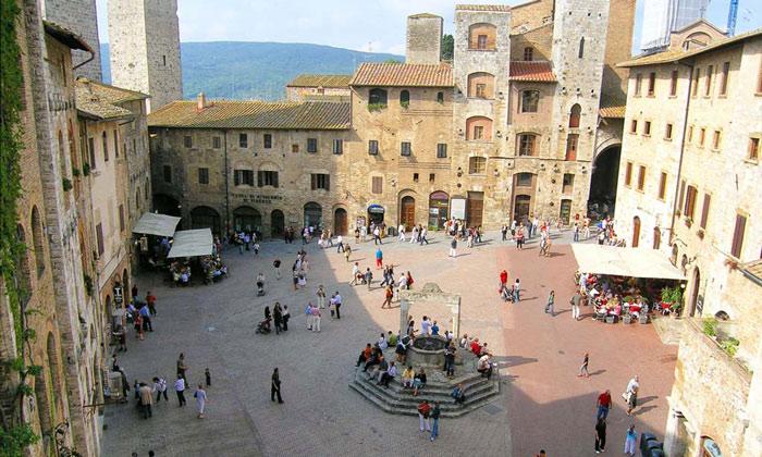 Mặc dù không nổi tiếng như những thành phố lớn khác của Ý, nhưng San Gimignano thu hút khách bởi vẻ đẹp và văn hóa riêng của mình.
