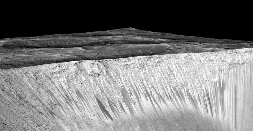 Hình ảnh có độ phân giải cao do tàu không gian Mars Reconnaissance Orbiter gửi về Trái Đất cho thấy những dấu vết của muối phát lộ trải dài vài trăm mét (vệt rãnh sẫm màu trong ảnh). Chúng tỏa ra từ rìa miệng núi lửa Garni ở chân hẻm Melas Chasm trên sao Hỏa.