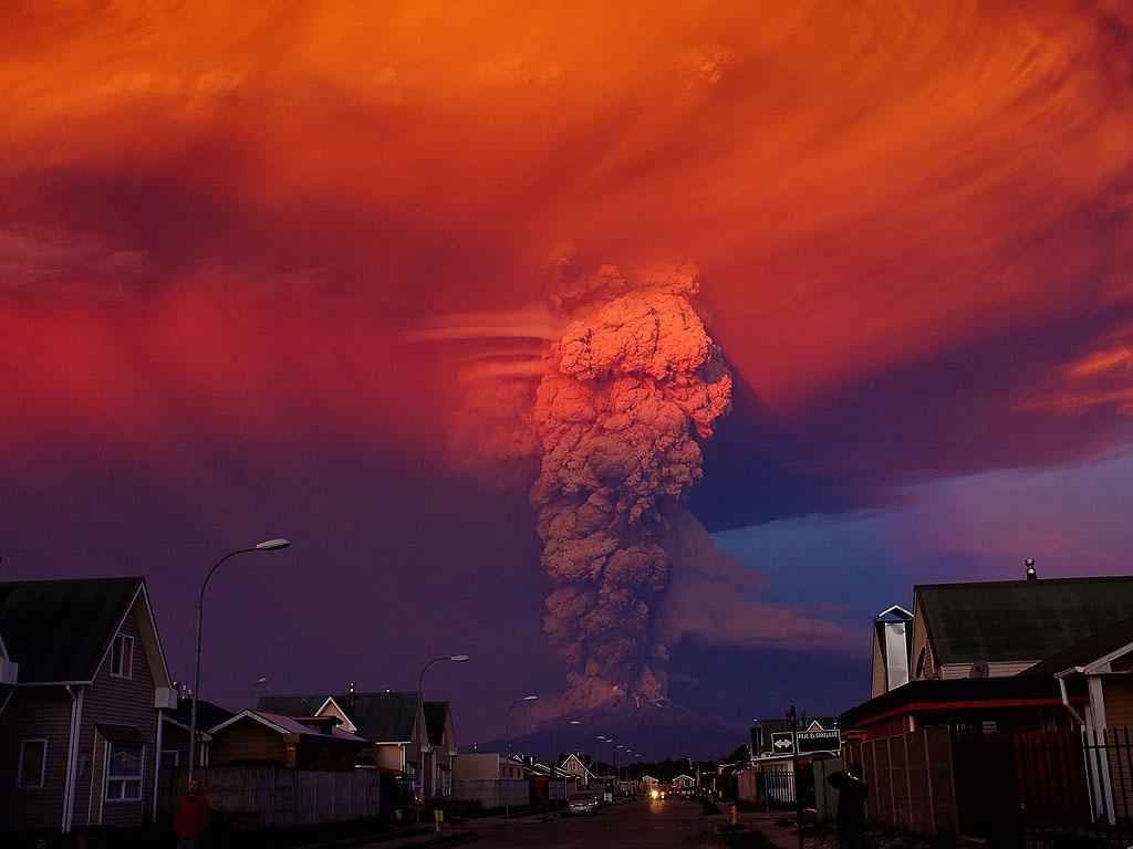 Ngày 22/4/2015, núi lửa Calbuco ở miền nam Chile phun trào những cột khói tro bụi khổng lồ cao đến 16 km.