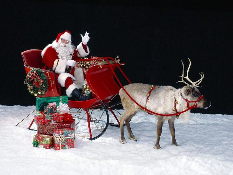 """Ông già Noel là """"vai chính"""" trong Lễ Giáng sinh, với bộ đồ màu đỏ, viền trắng, chòm râu trắng và hai hàng ria dài, bộ mặt hóm hỉnh"""