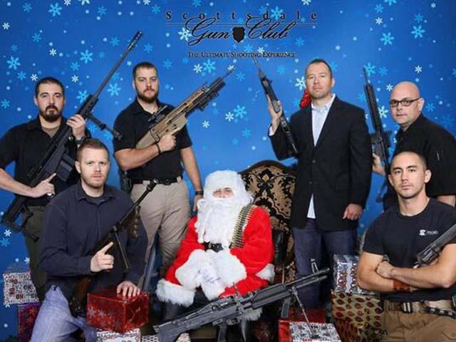 """Tại bang Arizona, Mỹ, cứ mỗi khi đến dịp Giáng sinh, câu lạc bộ súng Scottsville lại tổ chức sự kiện """"Ông già Noel và súng máy""""."""