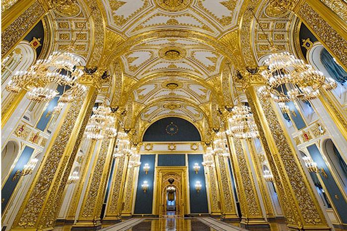Hội trường lộng lẫy với tường mạ vàng.