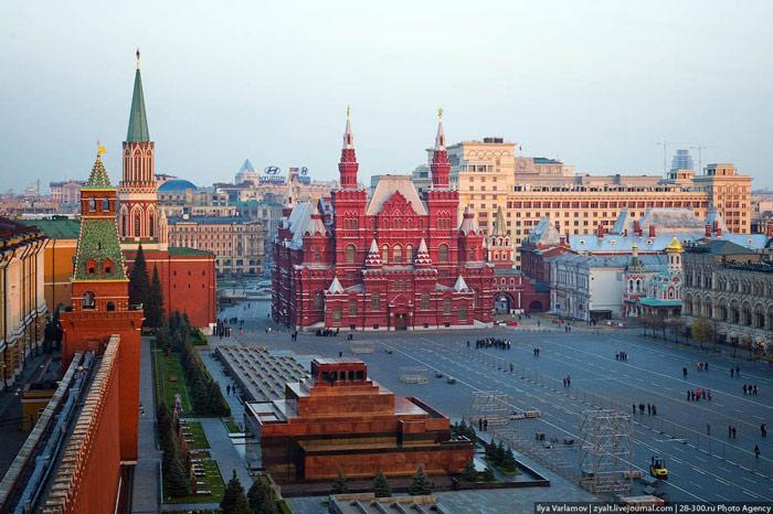 Bởi vì từ quảng trường này các đường phố chính của Matxcova tỏa ra theo các hướng để trở thành các quốc lộ lớn bên ngoài thủ đô.
