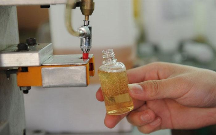 Quá trình vô chai tinh dầu tại một nhà máy ở Trung Quốc.
