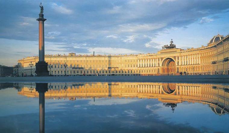 Ngoài ra tại Saint Petersburg còn có nhiều công trình kiến trúc nổi bật khác như: Nhà thờ Smolny; Nhà thờ St.Isaac; Tòa nhà Peter & Paul Fortress...