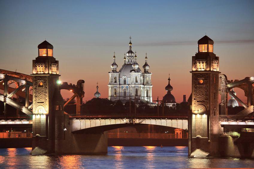 Với hơn 3.700 di tích lịch sử và văn hoá, đại diện cho nhiều phong cách và trường phái kiến trúc thế giới, Saint Petersburg được công nhận là thành phố du lịch hấp dẫn thứ 8 trên thế giới.