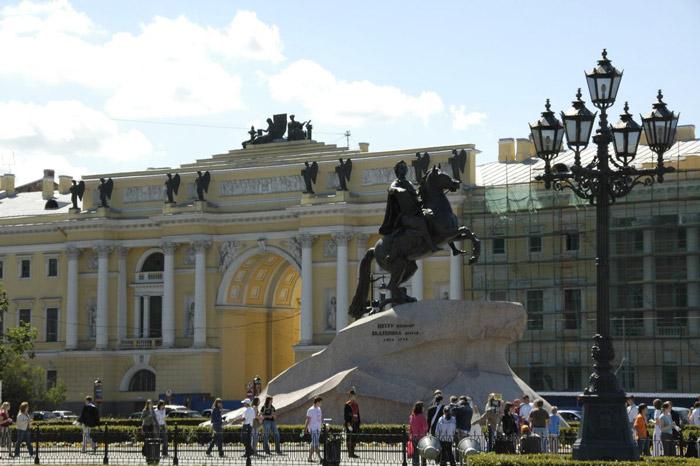 Saint Petersburg toạ lạc trên 42 hòn đảo của châu thổ sông Neva - con sông có lưu lượng nước lớn nhất châu Âu