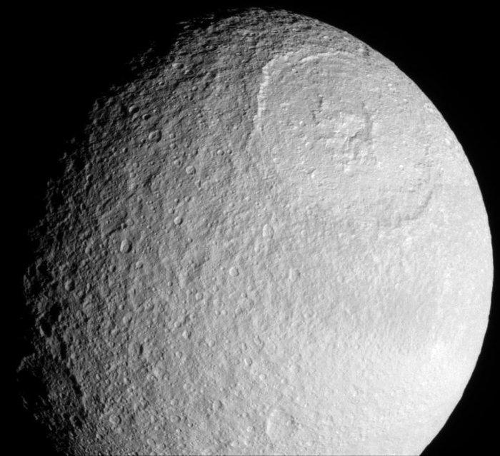 Miệng hố khổng lồ Odysseus trên Tethys rộng 450km và sâu 10km.
