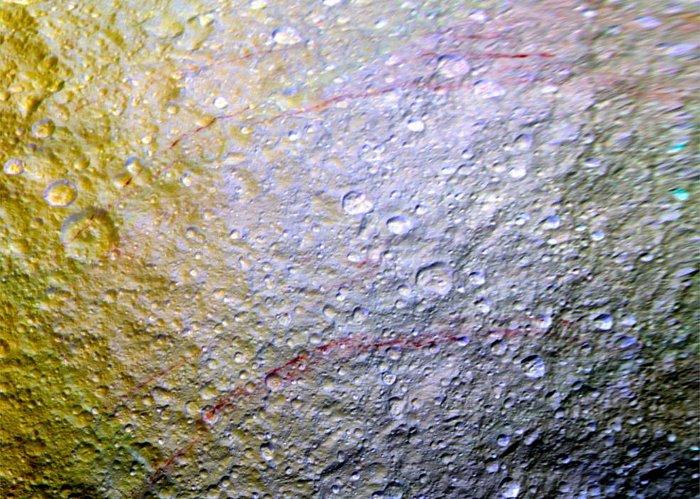 Vệt màu đỏ máu bí ẩn trên bề mặt Tethys.