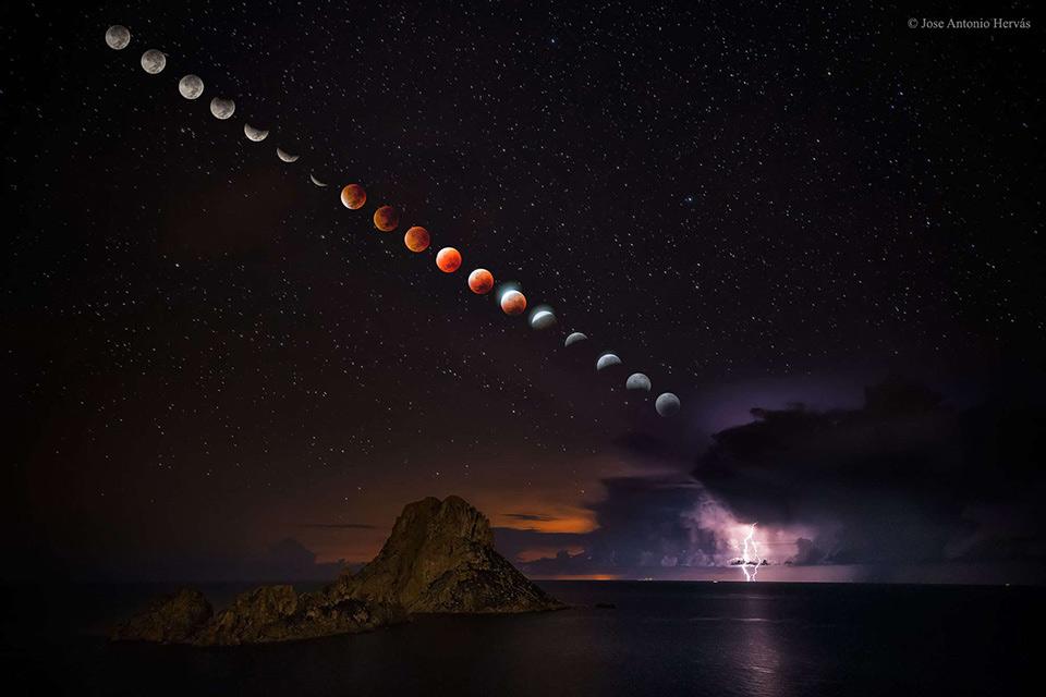 Đây là một bức ảnh time lapse khá hiếm diễn tả quá trình nguyệt thực xảy ra trong khi Mặt Trăng tiến gần tới Trái Đất hơn bình thường.