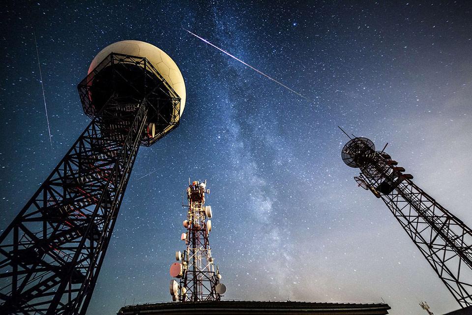 Mưa sao băng Perseids diễn ra hồi tháng 8 năm nay với những vệt sáng trên bầu trời đã được chụp lại tại Llucmajor, Tây Ban Nha.