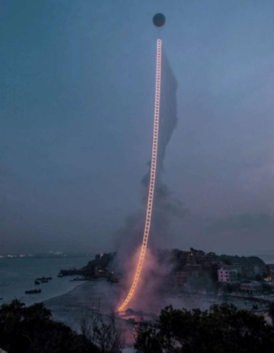 Chiếc thang bốc lửa dẫn lên bầu trời.