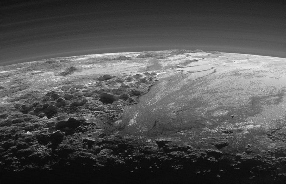 Bức ảnh chụp bề mặt sao Diêm Vương trông có vẻ giống Trái Đất hơn là một hành tinh băng lạnh lẽo.