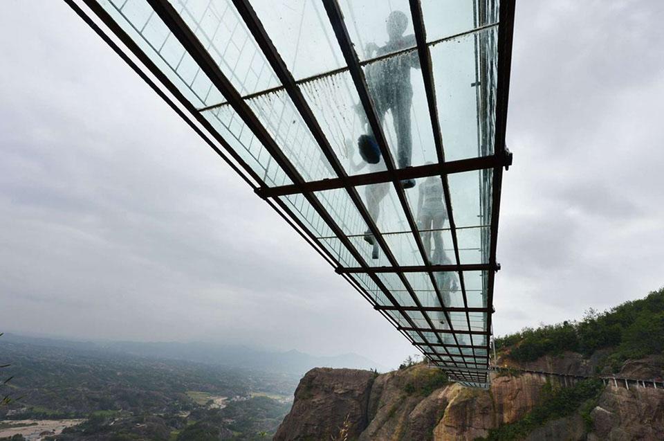 Đây là cây cầu kính dài nhất thế giới bắt qua hẻm núi Trương Gia Giới thuộc vườn quốc gia ở Hồ Nam, Trung Quốc.