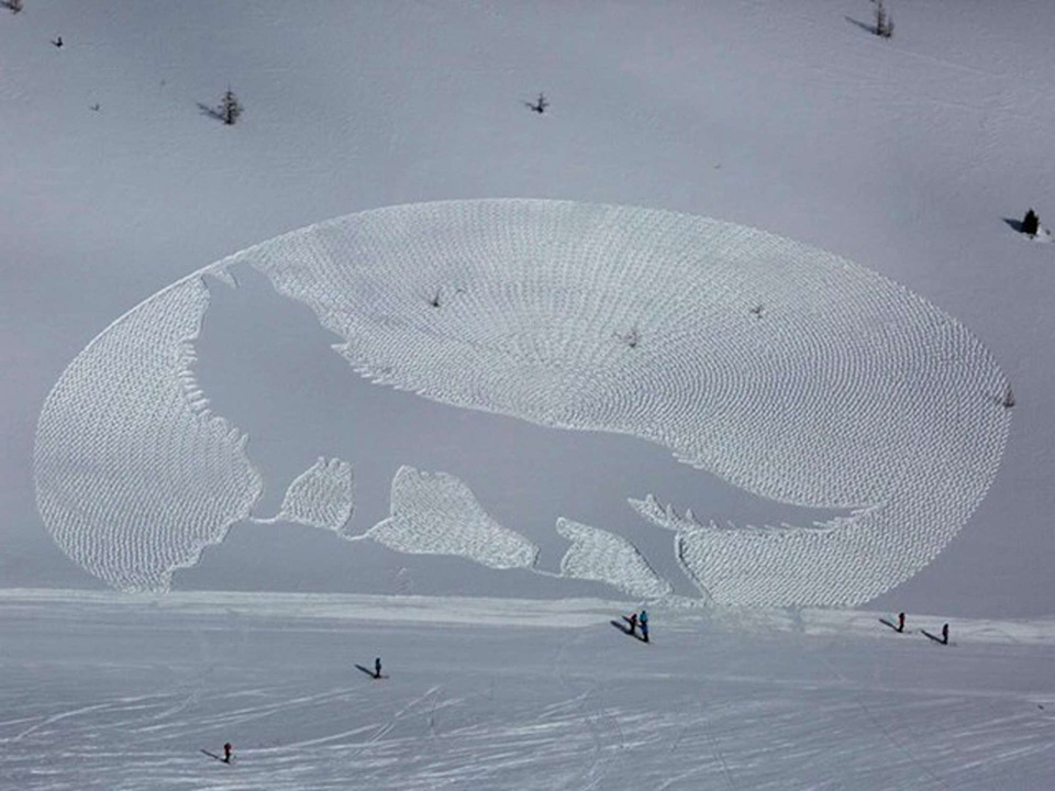 Một khu trượt tuyết ở Alberta, Canada đã tạo nên một tác phẩm nghệ thuật cỡ lớn bằng cách đơn giản là sử dụng những đôi giày trượt tuyết và một cái la bàn.