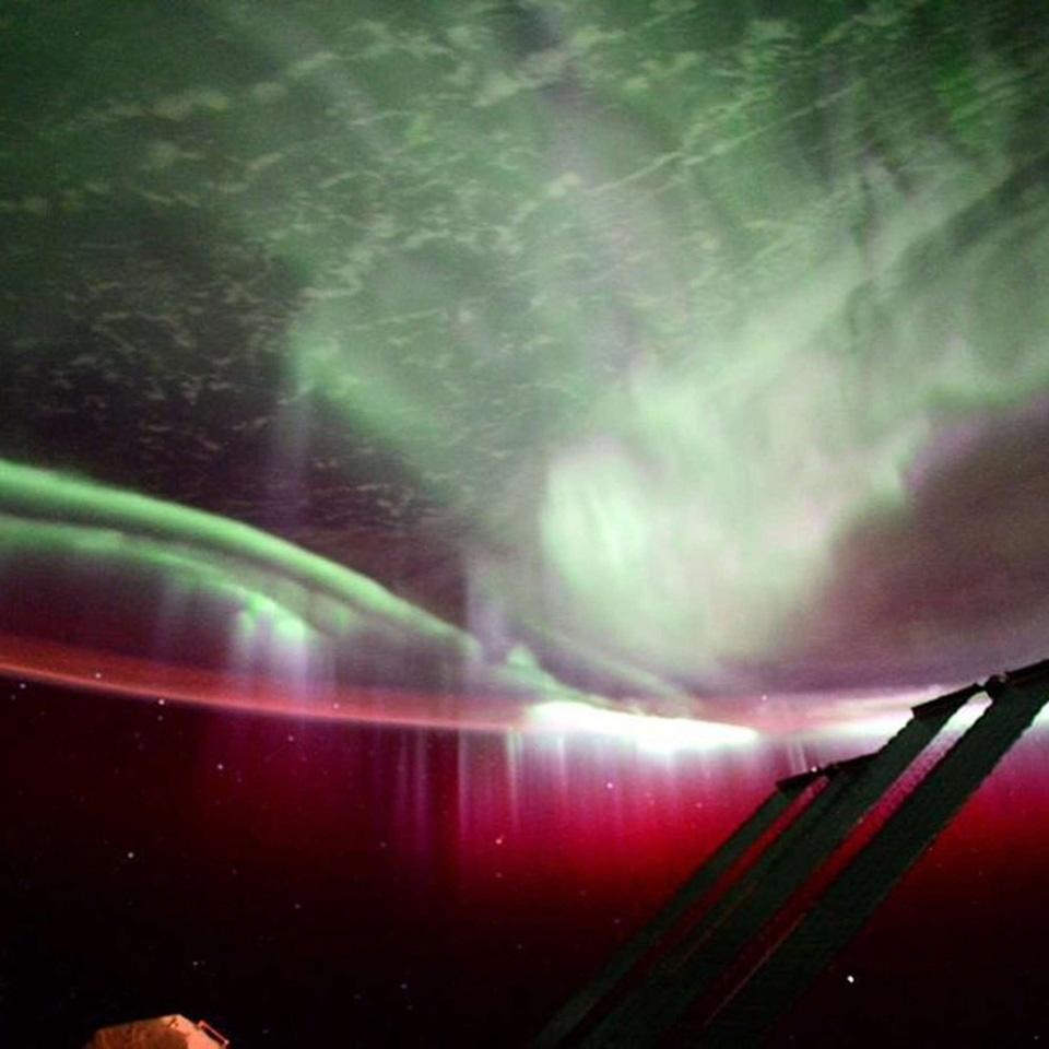 Cực quang chụp bởi phi hành Scott Kelly thuộc NASA với phần màu đỏ của cự quang là các phân tử oxy ở trên cao trong khí quyển Trái Đất đập vào các hạt tích điện phát ra từ Mặt Trời.