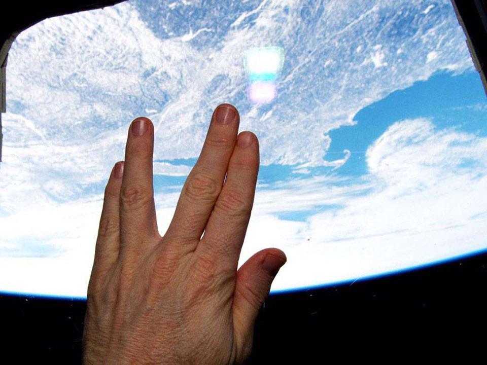 Đây là bức ảnh do phi hành gia Terry Virts chụp từ trạm không gian quốc tế ISS và cho đăng tải lên trang Twitter nhằm tưởng niệm cái chết của nam diễn viên Leonard Nimoy, người nổi tiếng qua các bộ phim Star Trek, Nhiệm vụ bất khả thi,... Bức ảnh được bấm máy lúc ISS đi qua Massachusetts, nơi sinh của Nimoy.