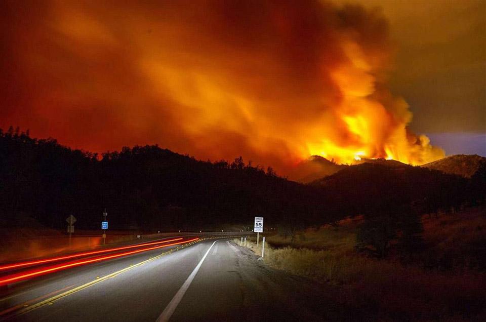 Bức ảnh này được chụp tại Rocky Fire, gần Clearlake, California cho thấy sự dữ dội và mức độ khủng khiếp của đám cháy, bao phủ hơn 297 km2. Không chỉ tại đây mà còn nhiều vụ cháy rừng khác cũng xảy ra ở Tây Mỹ.
