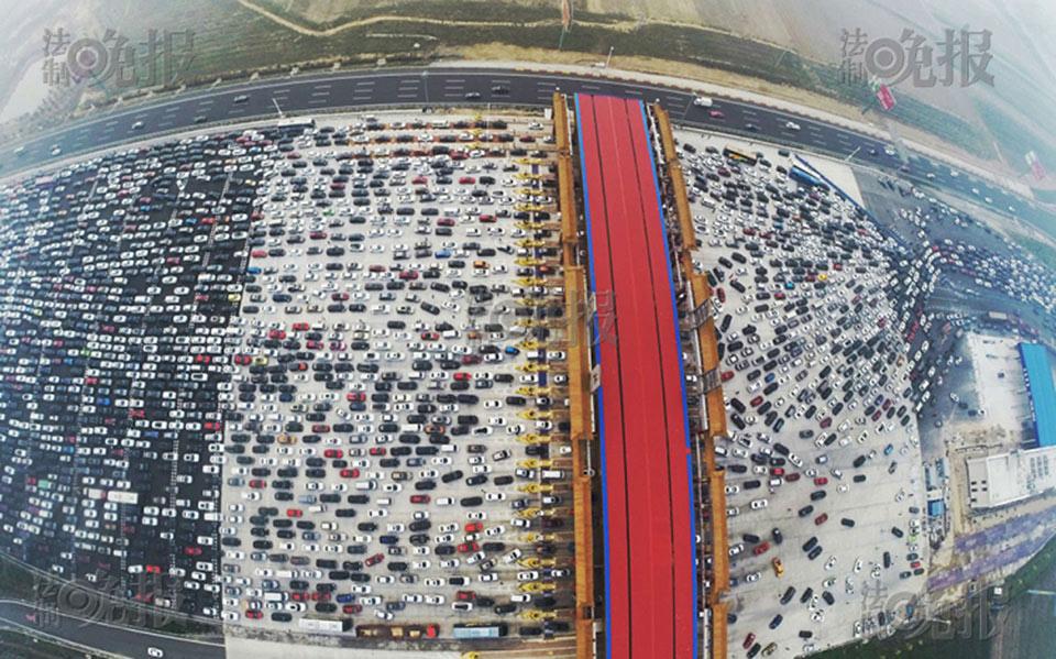 Kẹt xe ở Bắc Kinh Trung Quốc chụp từ drone. Những con đường bên dưới nhét đầy hàng nghìn chiếc xe hơi kéo dài gần 10 km.