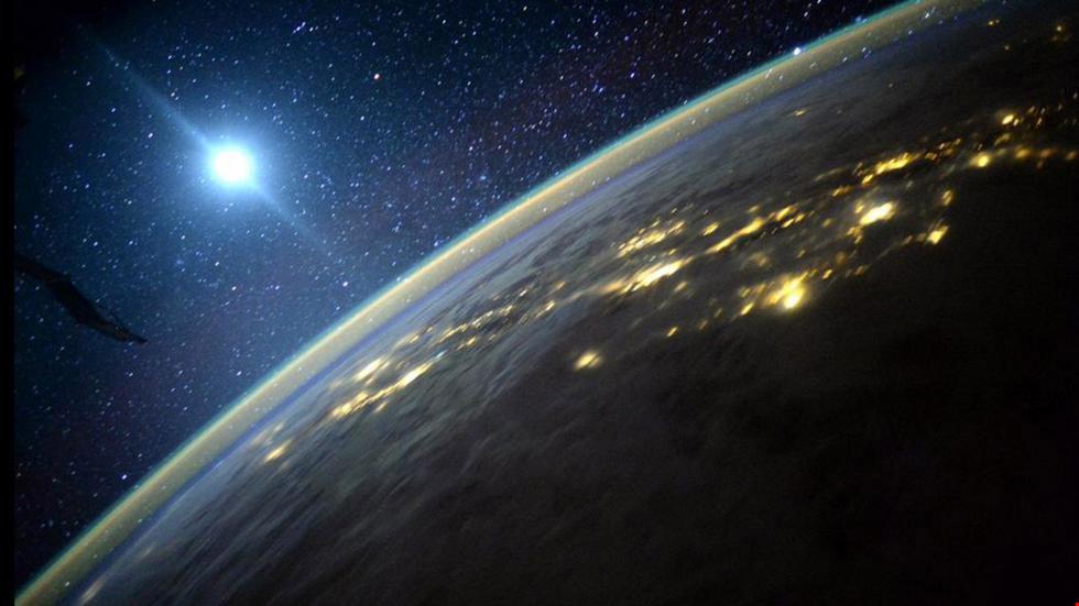 Vật thể lóa sáng màu xanh được phi hành gia Scott Kelly khẳng định là Mặt Trăng.