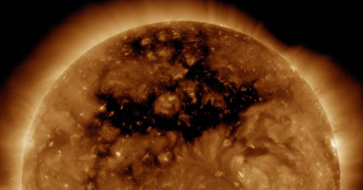 Vùng màu đen trên Mặt Trời này có tên là lỗ Coronal với kích thước lớn gấp 50 lần Trái Đất và tạo ra những luồng gió Mặt Trời với sức mạnh khủng khiếp.