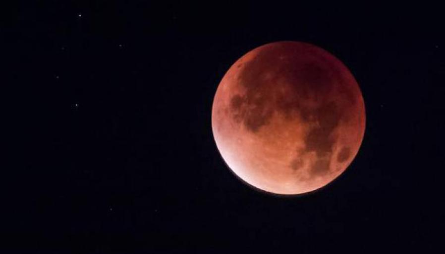 Một hình ảnh hiếm hoi về Mặt Trăng khi xảy ra cùng 1 lúc các hiện tượng trăng tròn, siêu trăng và nguyệt thực toàn phần vào tháng 9/2015.
