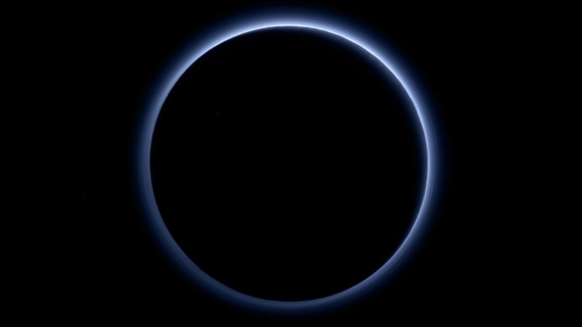Hình ảnh độc đáo về bầu khí quyển màu xanh dương của Sao Diêm Vương được chụp bởi tàu New Horizons.