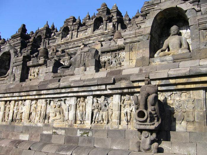 Tất cả các bậc thềm từ tầng một đến tầng chín đều được phủ kín những phù điêu, được chạm trổ vô cùng công phu miêu tả về cuộc đời của đức Phật Thích Ca Mầu Ni, các vị Bồ tát, các anh hùng đã giác ngộ về Phật pháp, về thiên đàng và địa ngục.