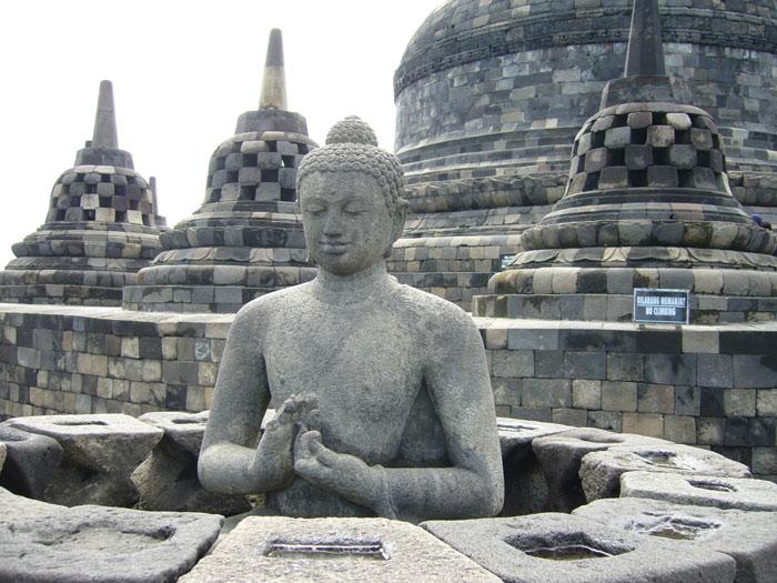 Trên mỗi tầng có nhiều hình ảnh được chạm khắc bên ngoài miêu tả các đền tháp, tượng phật...
