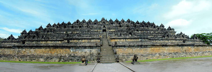 Đền được xây dựng trên đỉnh một quả đồi, giữa vùng đồng bằng phì nhiêu, phía sau là một dãy núi màu lam, điều này càng khiến ngôi đền nổi bật.