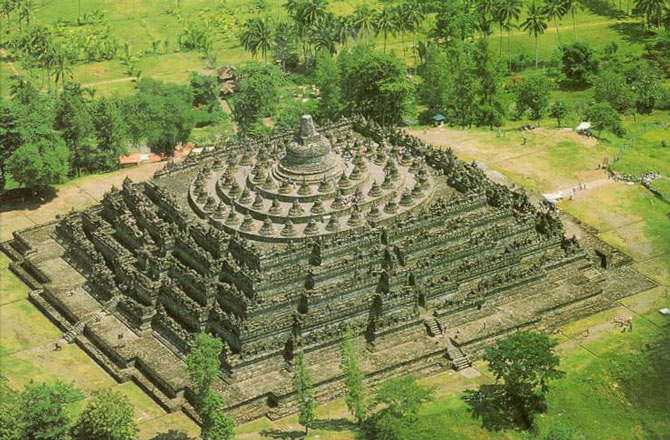 Borobudur là một quần thể đền tháp Phật giáo lớn ở miền trung đảo Java, Indonesia.