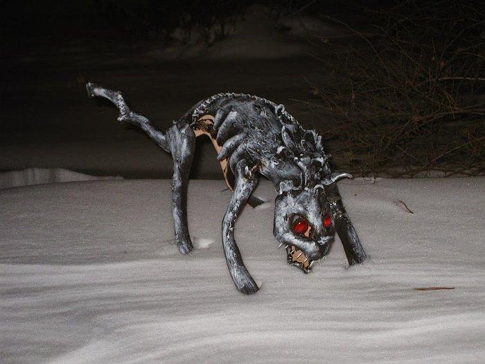 Con mèo hoang Yule luôn rình rập đâu đó trong bóng tối, sẵn sàng lao vào tấn công những người không có quần áo mới.