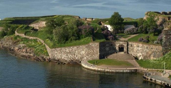 Nằm trên hòn đảo ngoài biển khơi xa xôi nhưng Pháo đài Suomenlinna là một di tích vô cùng độc đáo và là một kiến trúc đặc biệt. Lịch sử của nơi này gắn chặt với Phần Lan và khu vực biển Baltic.