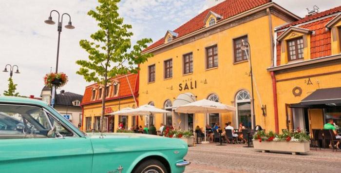Ngoài ra, nơi đây cũng nổi tiếng thế giới với nhiều cửa hàng chuyên bán đồ trang trí nội thất, thủ công mỹ nghệ độc đáo, mang lại cho du khách nhiều niềm vui và sự thích thú đặc biệt khi mua sắm ở Rauma.
