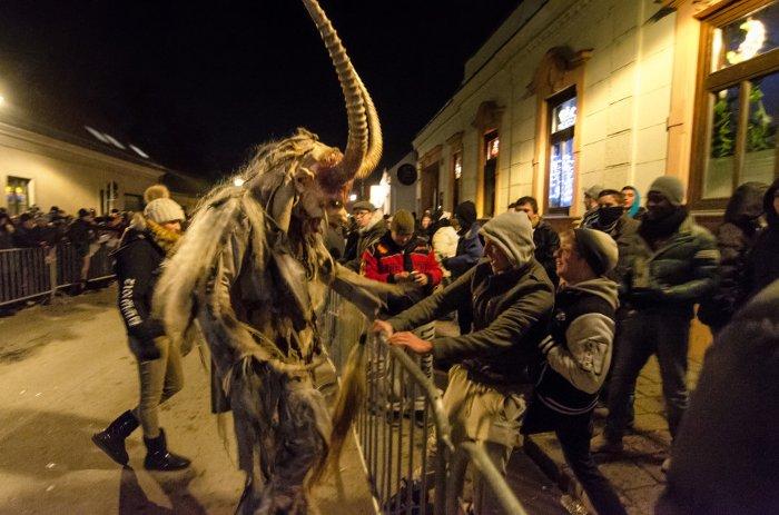 Những người tham gia lễ hội này thường đeo mặt nạ chạm khắc bằng gỗ, chuông, dây chuyền và mặc trang phục Krampus.