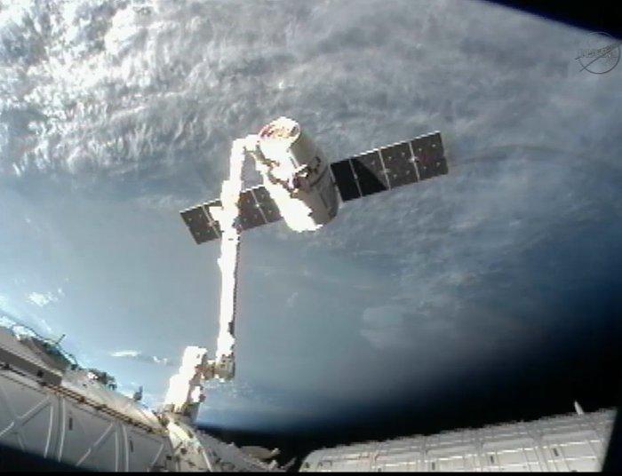 SpaceX đã nghiên cứu và cải tiến tên lửa thế hệ kế tiếp, đó là tên lửa Falcon 9.