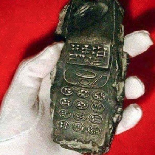 Đồ vật cổ giống hệt điện thoại di động.