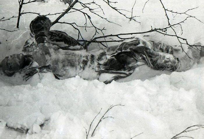 Một xác chết bị vùi trong tuyết lạnh.