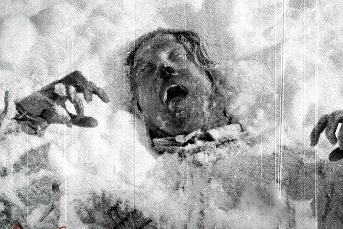 Một xác chết được tìm thấy trong tuyết lạnh. Nỗi sợ hãi hiện hữu rõ trên gương mặt họ.