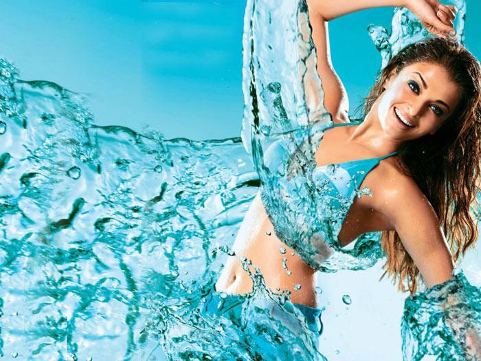 Uống nước lọc đủ 2 lít mỗi ngày là cách đơn giản nhất để gột rửa độc tố tích tụ trong mọi ngóc ngách cơ thể.