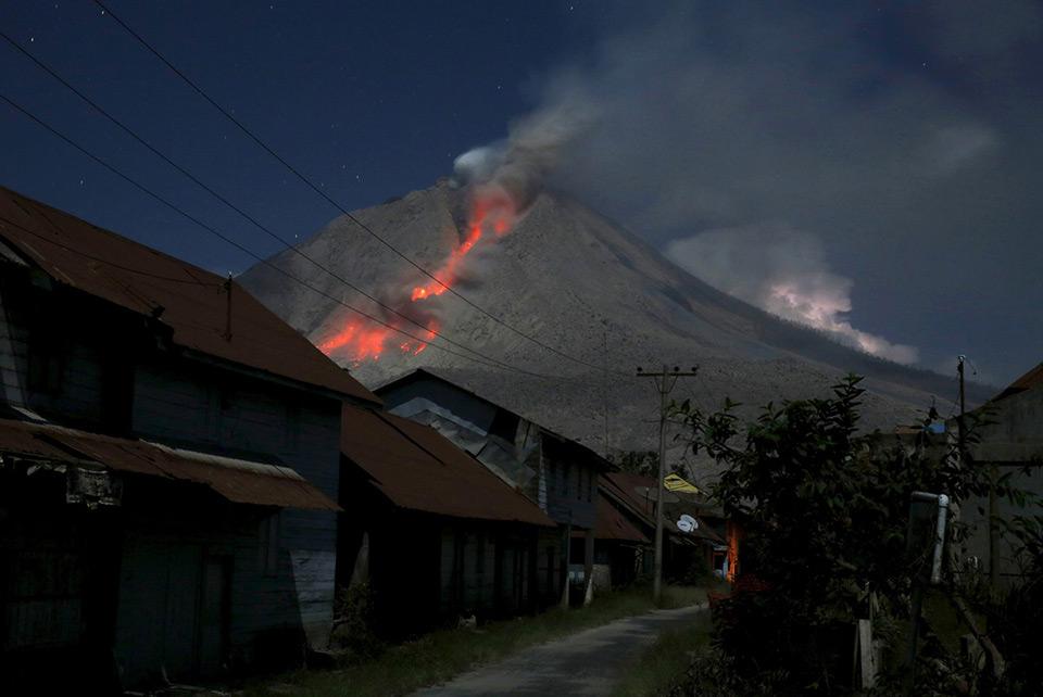 Tro phun ra từ núi Sinabung trong một vụ phun trào nhìn từ làng Beras Tepu, tỉnh Bắc Sumatra, Indonesia , ngày 29 tháng 05 năm 2015.