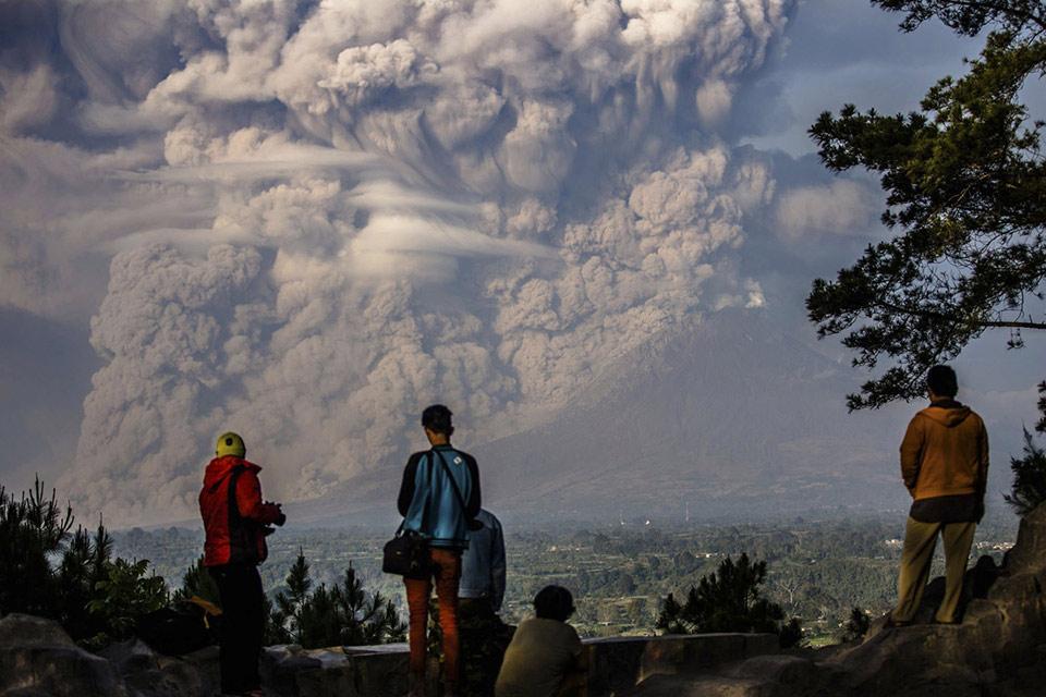 Người dân xung quanh đứng xem núi Sinabung phun tro vào không khí trong một vụ phun trào tại Karo Regency, Indonesia, vào ngày 09 tháng 02 năm 2015.