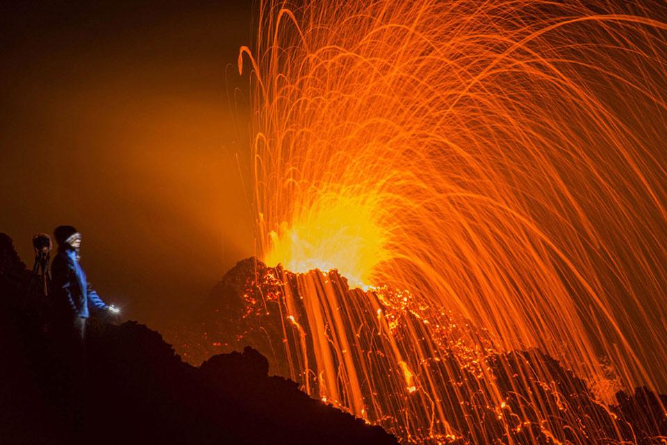Một người đứng nhìn ngọn núi lửa Piton de la Fournaise trong vụ phun trào vào ngày 05 tháng 02 năm 2015, tại đảo French Indian Ocean thuộc Réunion Island.